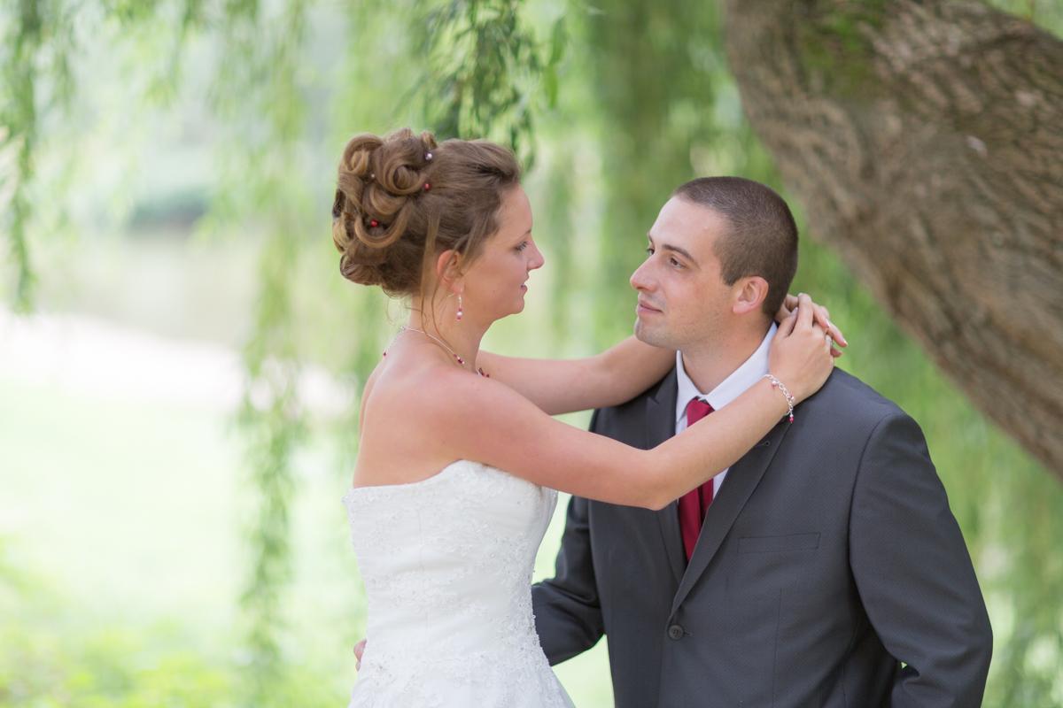 Séance de couple sous un saule pleureur