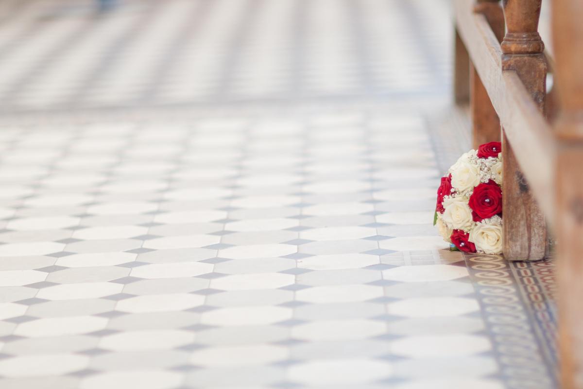 Bouquet de la mariée sur le carrelage froid de l'église