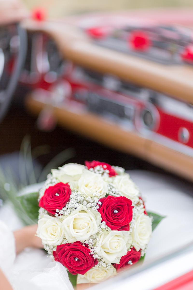 Bouquet de mariée, roses rouges et blanches