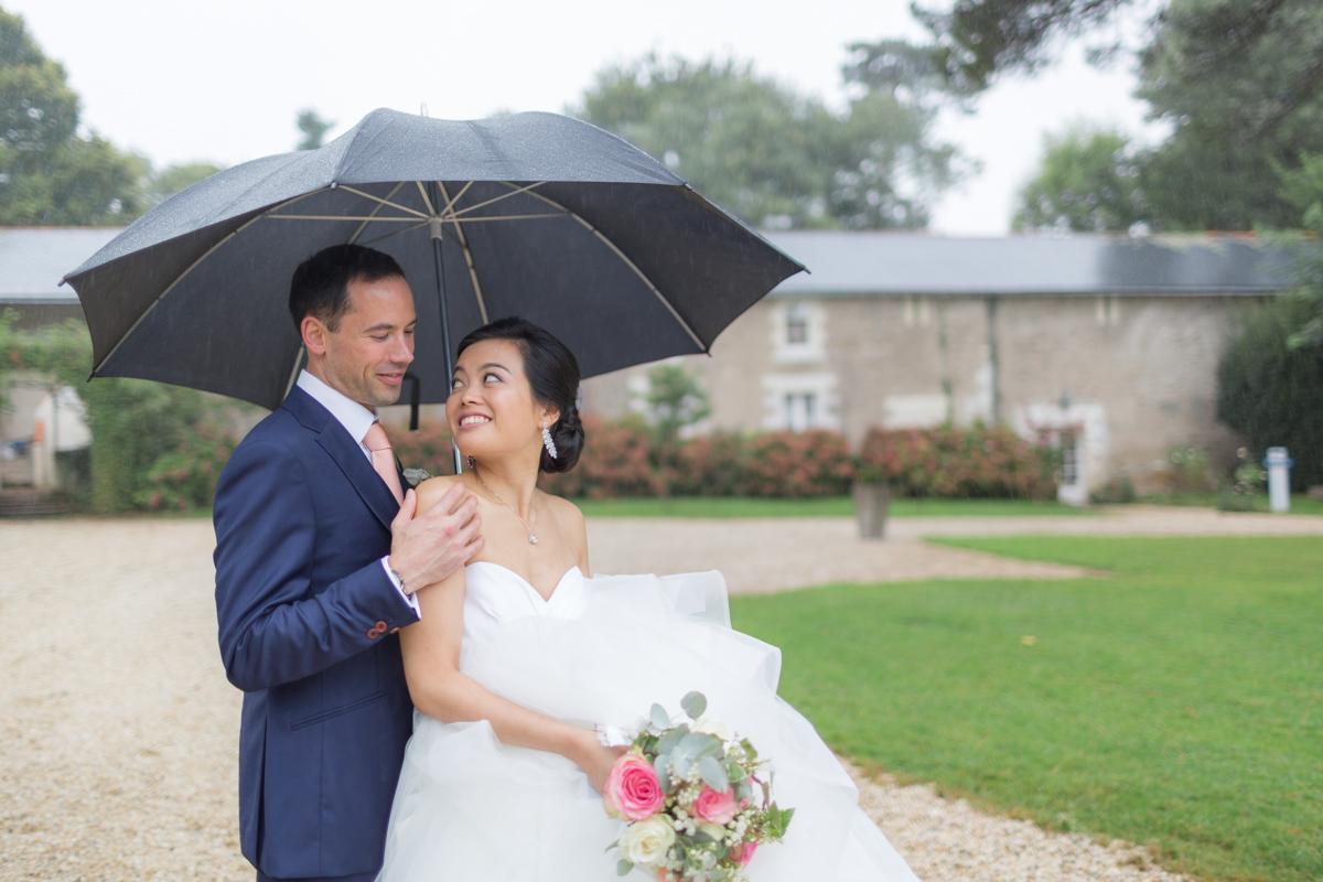Séance de couple sous la pluie